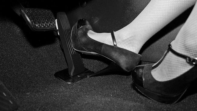 Минусы вождения на высоких каблуках